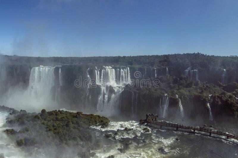 Iguazudalingen op een heldere zonnige dag royalty-vrije stock afbeeldingen
