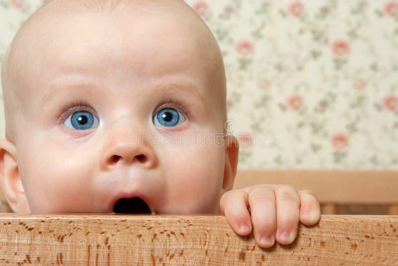 Ih do bebé sua cama imagem de stock