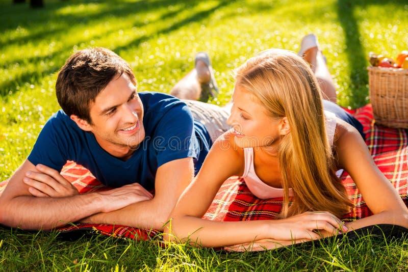 Ihr perfektes Datum zusammen genießen stockfotos
