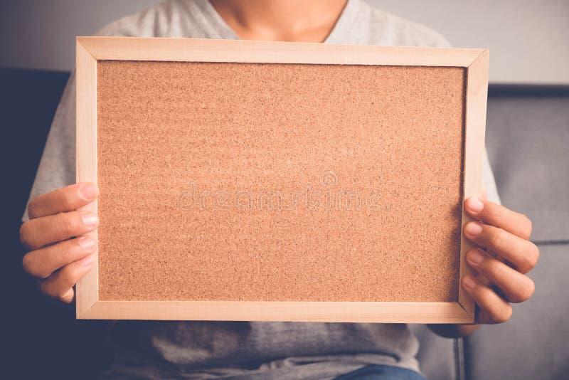 Ihr Text hier Recht junge aufgeregte Frau, die leeres leeres Brett hält lizenzfreie stockfotografie