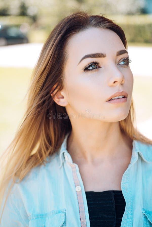 Ihre innere Schönheit glänzt durch Hübsche Frau mit sexy Make-up und dem langen Haar Antlitzskincare und -make-up Reizvolle Frau stockfoto