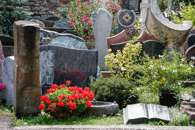 IHRINGEN, GERMANY/EUROPE - 7月18日:墓碑和墓石 免版税图库摄影