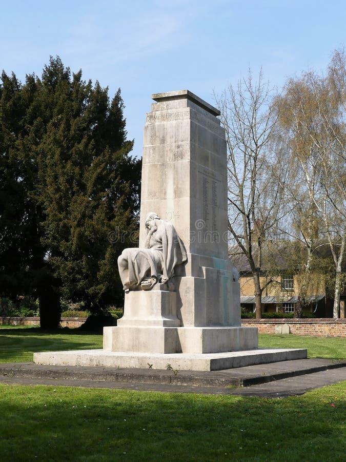Усаженная женщина символизируя надеющийся триумф 1918 Кенотаф военного мемориала ранга II перечисленный, церковь St Mary, Rickman стоковая фотография rf