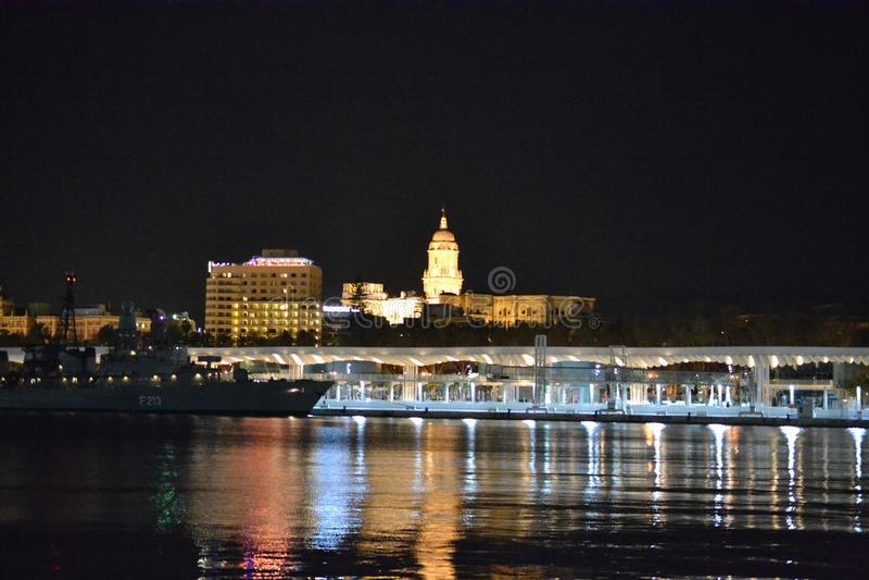 IIlluminated miasto Malaga nocą w Andalusia, Hiszpania obraz stock