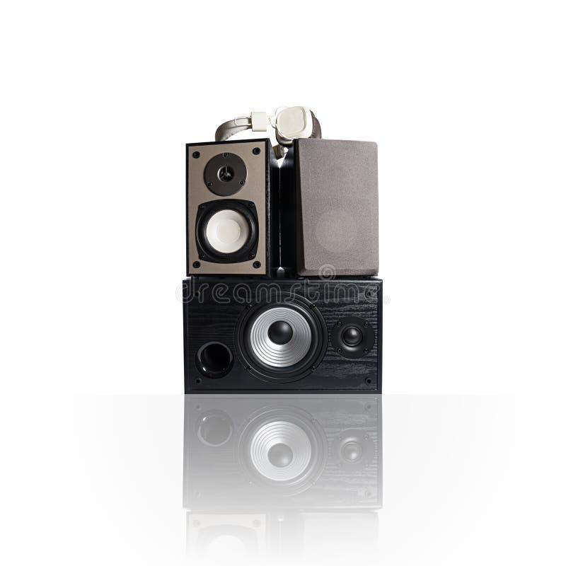 Iimage van drie audiodiesprekers en hoofdtelefoons, op wit wordt geïsoleerd royalty-vrije stock afbeeldingen