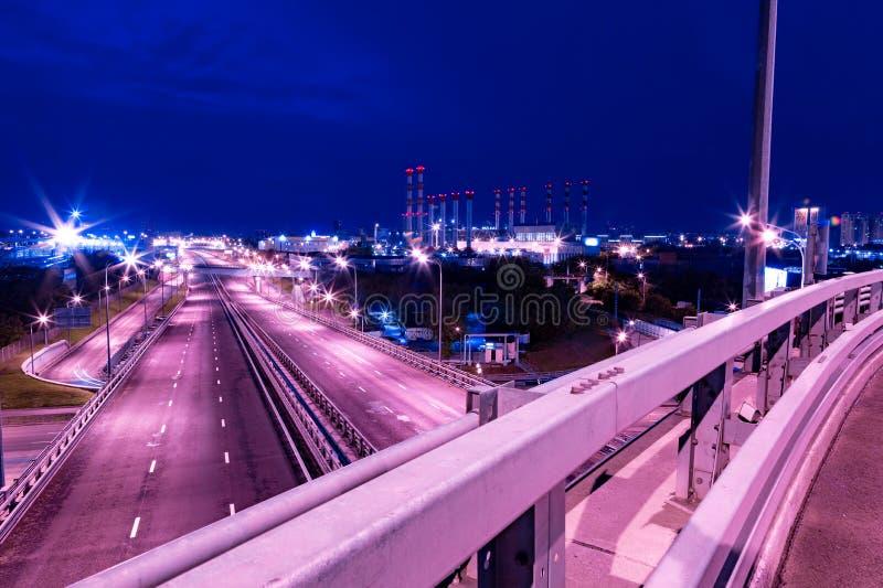 Iin grande del empalme de camino que la ciudad en noche se enciende foto de archivo libre de regalías