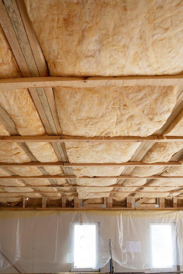 Iinsulation della soffitta con la barriera della vetroresina ed il materiale di isolamento freddi fotografie stock