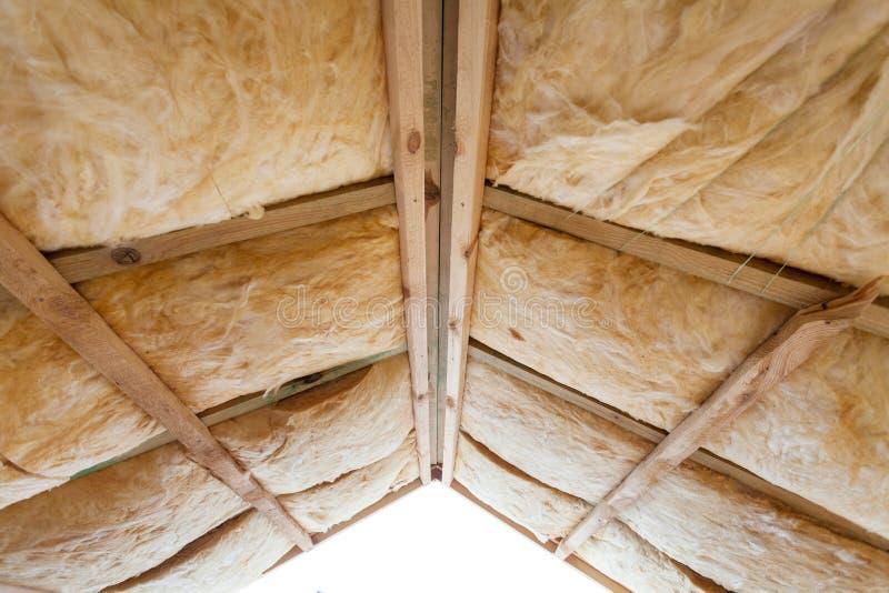 Iinsulation van zolder met glasvezel koud barrière en isolatiemateriaal royalty-vrije stock afbeelding
