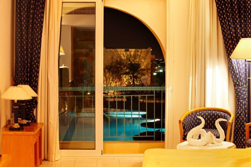 Iinterior con el balcón y la piscina abajo. fotografía de archivo libre de regalías