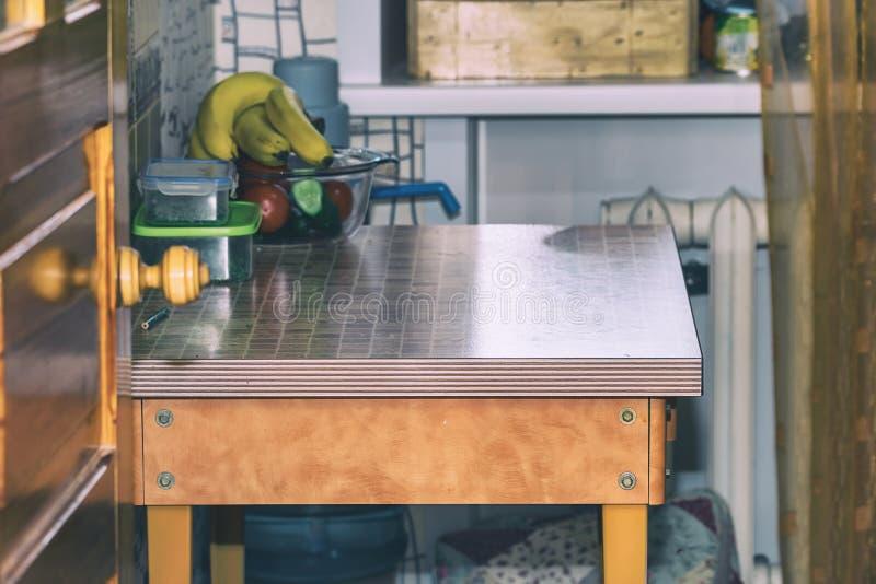 Iinterior es cocina muy pequeña Mesa de comedor en pequeña cocina foto de archivo