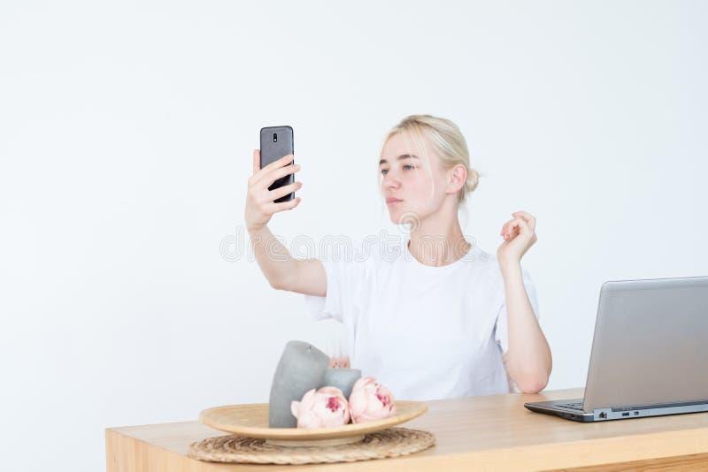 Ijdelheid van de de tendens de nutteloze vrije tijd van de vrouwenfoto selfie royalty-vrije stock afbeeldingen