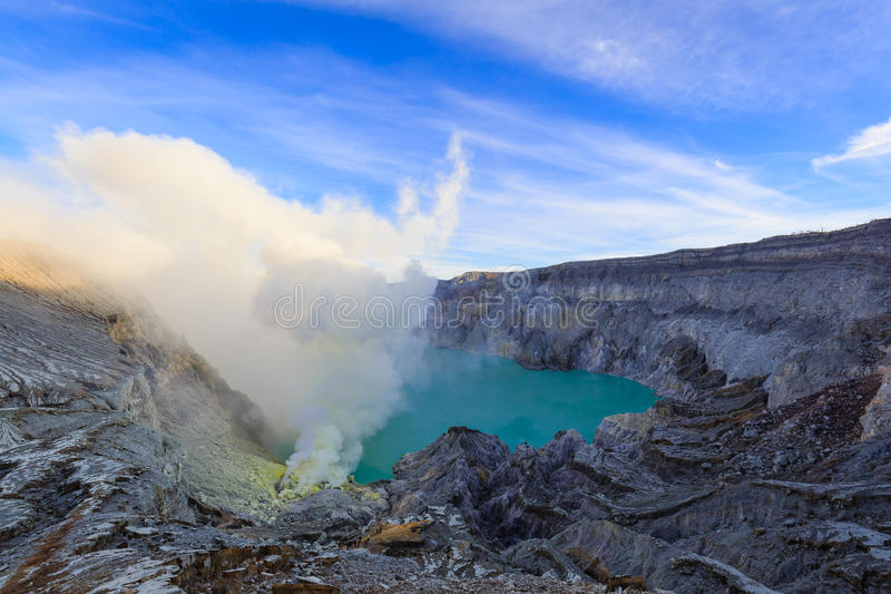 Ijen Volcano Crater avec de la fumée d'acide sulfurique images stock