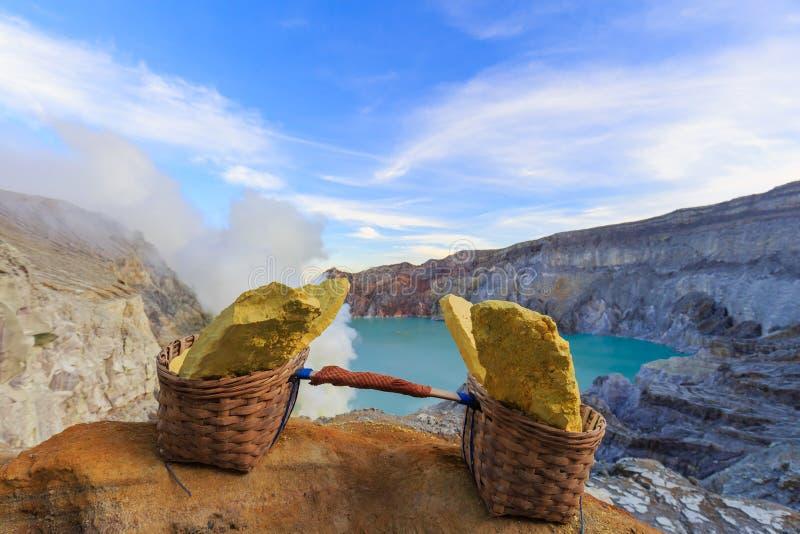 Ijen Volcano Sulphur Stones arkivfoto