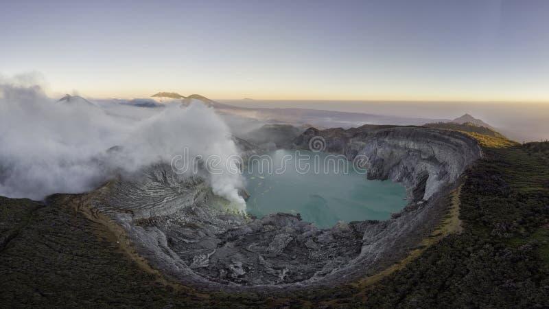 Ijen-vulkaancomplex is een groep composietvulkanen in het Banyuwangi-regime in Oost-Java, Indonesië Panorama-landschapsweergave royalty-vrije stock fotografie