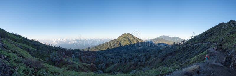 Ijen-Vulkan an der Sonnenaufgangpanorama-Landschaftsansicht stockfoto