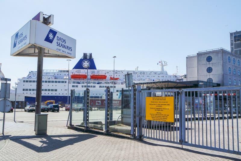 Ijmuiden, holandie - Czerwiec 12 2015: DFDS promu czekanie dla pasażerów zdjęcie stock