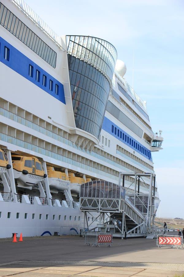 IJmuiden, los Países Bajos - 30 de abril de 2017: Pasajeros de Aida Sol que suben a la nave foto de archivo libre de regalías