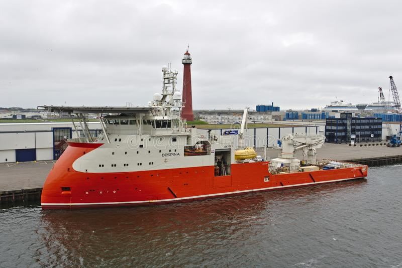 Ijmuiden, los Países Bajos - 10 de mayo de 2018 - fuente costera envía a Despina en sus amarres en el puerto de Ijmuiden fotografía de archivo