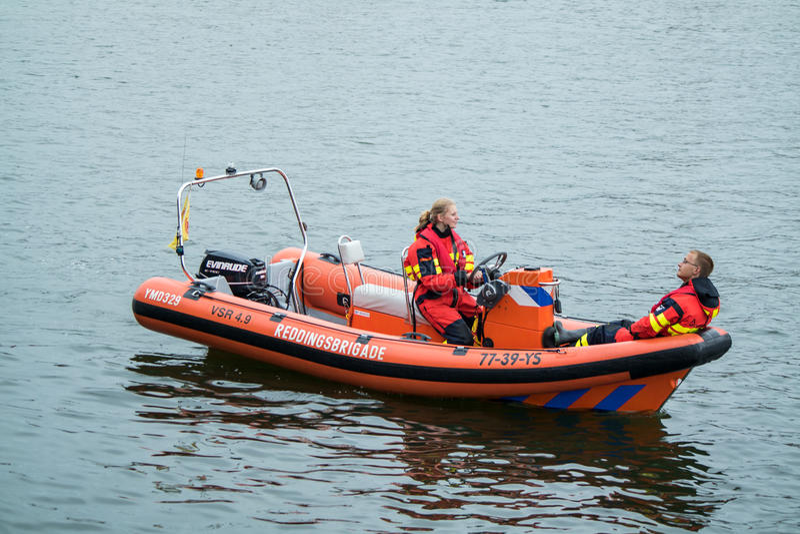 Ijmuiden Nederländerna - Augusti 18 2015: Bevattna räddningsaktionbrigaden på den Ijmuiden hamnfestivalen royaltyfri bild