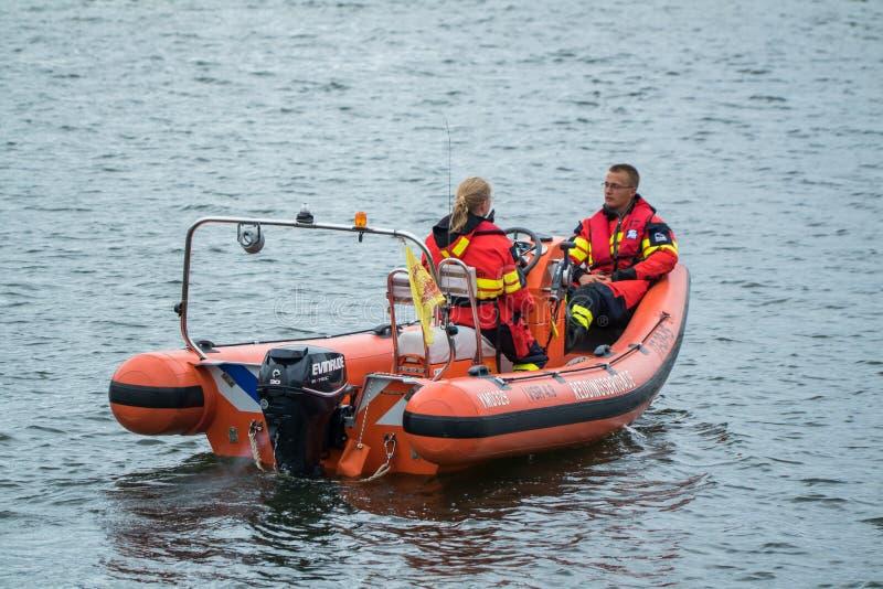 Ijmuiden Nederländerna - Augusti 18 2015: Bevattna räddningsaktionbrigaden på den Ijmuiden hamnfestivalen fotografering för bildbyråer