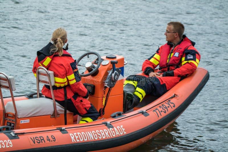 Ijmuiden Nederländerna - Augusti 18 2015: Bevattna räddningsaktionbrigaden på den Ijmuiden hamnfestivalen royaltyfri foto