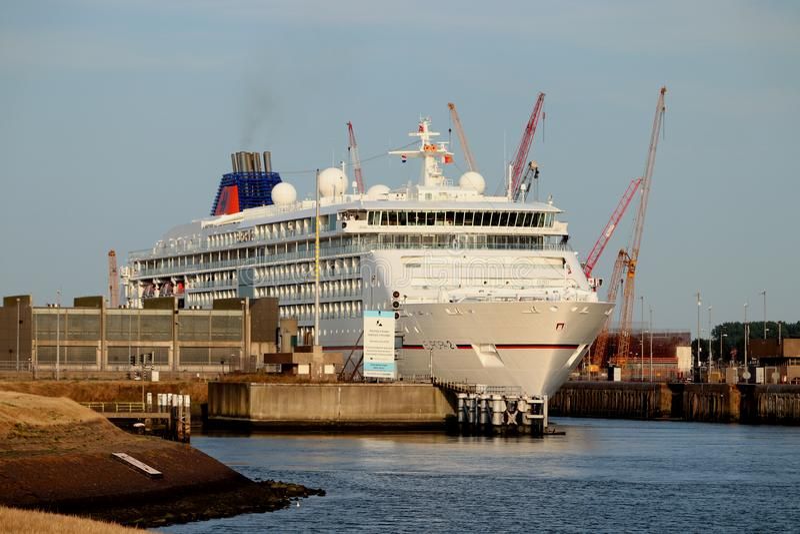 IJmuiden Nederländerna - Juli 27th 2018: Ms Europa 2, fungerings av Hapag Lloyd kryssar omkring royaltyfri foto
