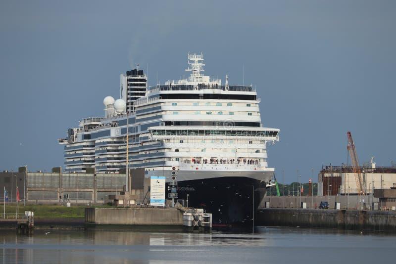IJmuiden Nederländerna - Juni, 9th 2019: Nieuw Statendam som lämnar det IJmuiden havslåset arkivfoton