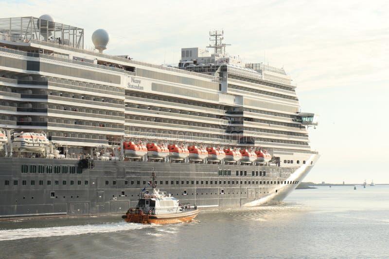 IJmuiden Nederländerna - Juni, 9th 2019: Nieuw Statendam som lämnar det IJmuiden havslåset fotografering för bildbyråer
