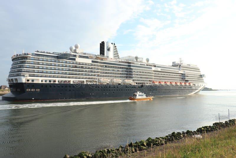 IJmuiden Nederländerna - Juni, 9th 2019: Nieuw Statendam som lämnar det IJmuiden havslåset arkivbild