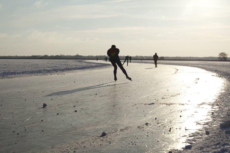 Ijs dat op natuurlijk ijs in Nederland schaatst royalty-vrije stock afbeelding
