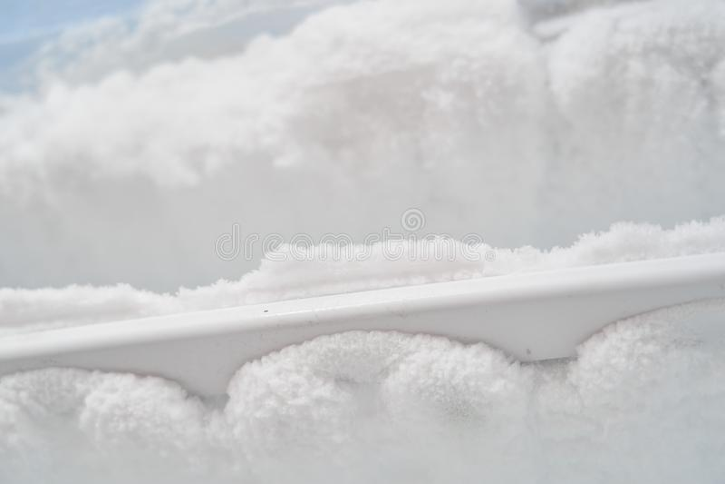 Ijs in de diepvriezer bevriezende koelbuizen de ijskast vereist ontdooiend reparatie van de diepvriezer lege koelkast, veel ijs i royalty-vrije stock afbeelding
