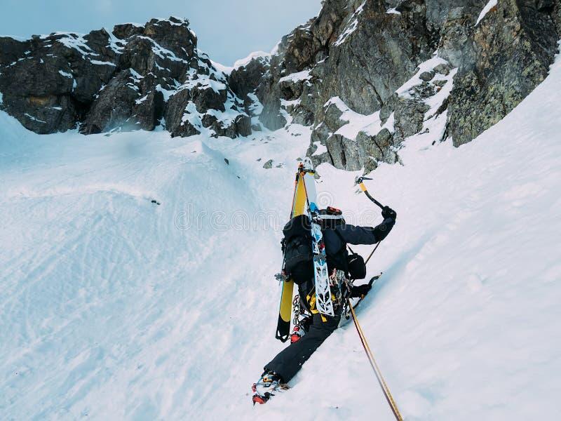 Ijs die beklimmen: bergbeklimmer op een gemengde route van sneeuw en rotsduri royalty-vrije stock fotografie
