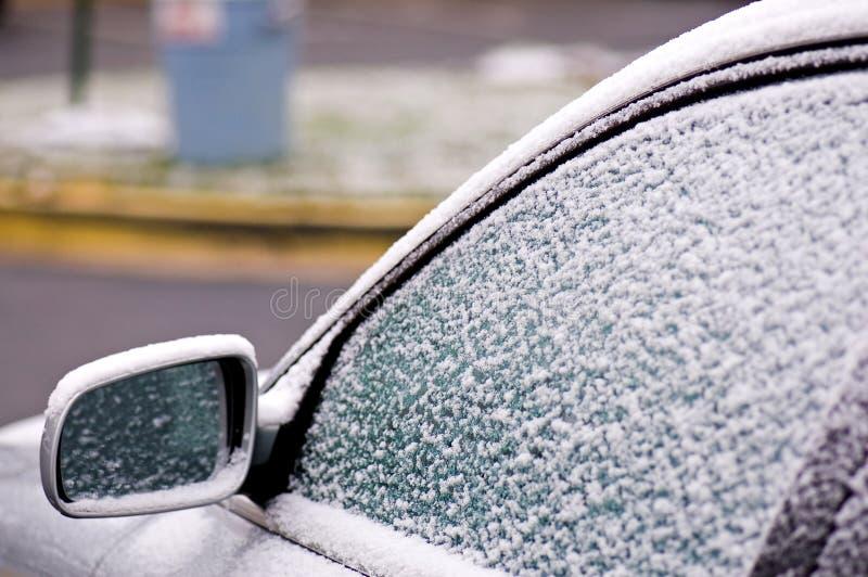 Ijs en sneeuw op auto stock fotografie