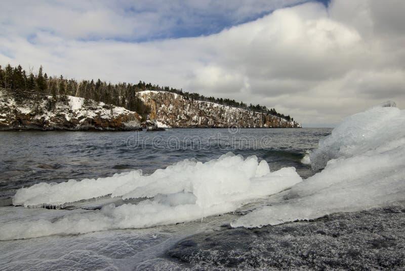 Ijs en sneeuw op de kust van Meermeerdere, Schoppunt in de afstand. royalty-vrije stock fotografie
