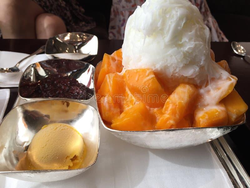 Ijs flackes met Verse Mango stock afbeeldingen