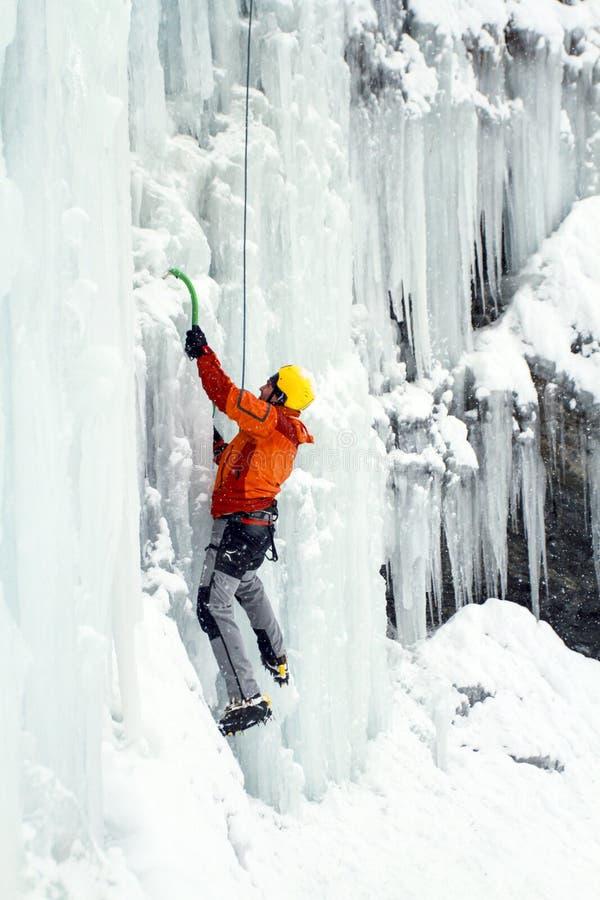 Ijs het Beklimmen Mens die bevroren waterval beklimmen royalty-vrije stock fotografie