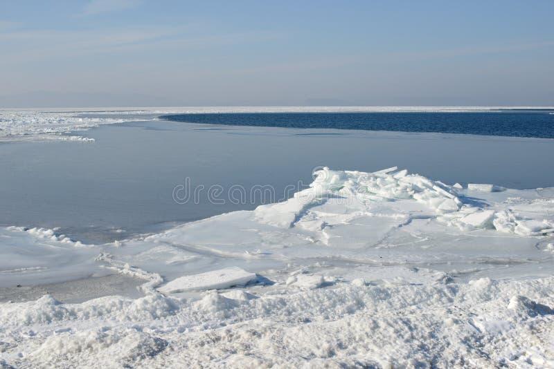 Ijs in het overzees bij de winter zonnige dag stock foto's