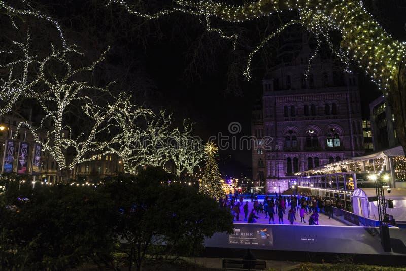 Ijs het schaatsen piste bij nacht in Londen, Engeland, het Verenigd Koninkrijk royalty-vrije stock afbeelding