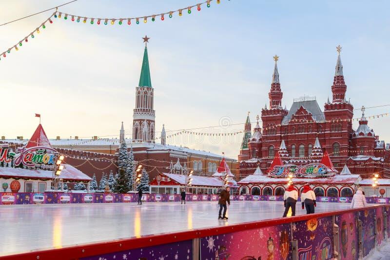 Ijs het schaatsen piste op het Rode Vierkant dichtbij de muren van Moskou het Kremlin stock foto