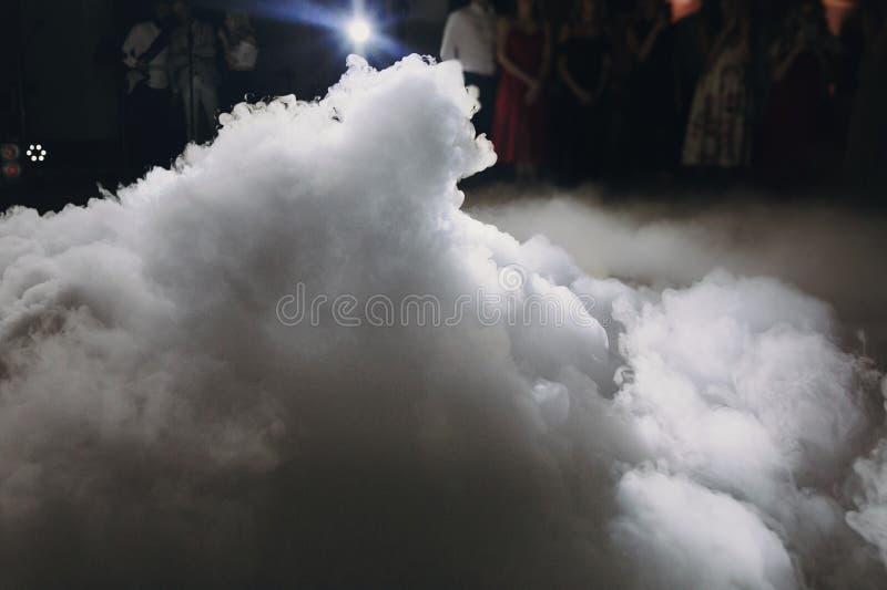 Ijs lage rook in licht, speciaal effect voor huwelijks eerste dans bij huwelijksontvangst in restaurant stock foto