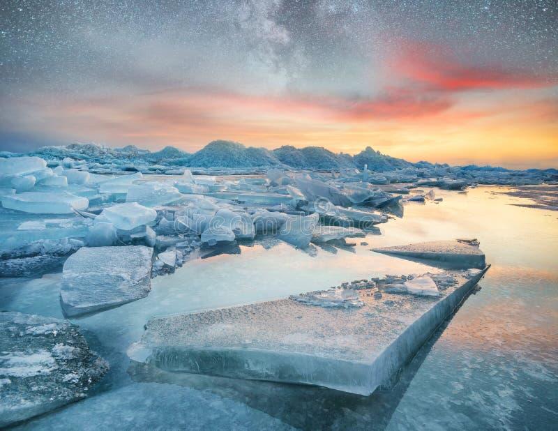 Ijs op de oceaankust bij de nacht Overzeese baai en sterren bij de nacht Melkachtige manier boven oceaan, Noorwegen stock afbeelding