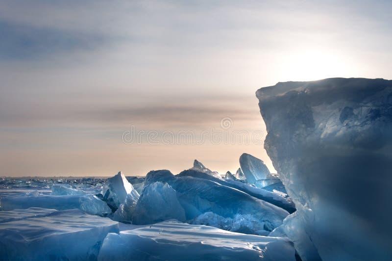 Ijs op de oppervlakte van Meer Baikal stock foto's