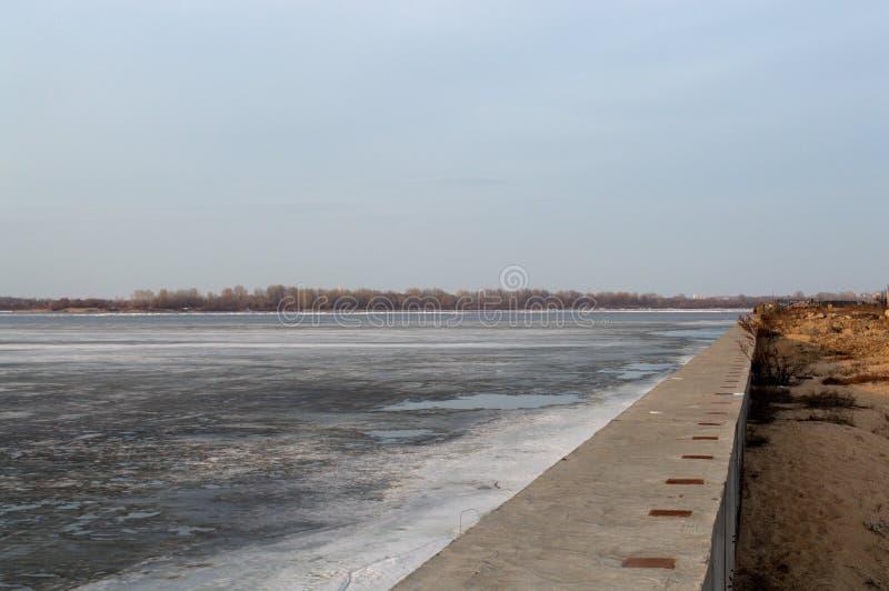 Ijs op de rivier in de lente stock foto