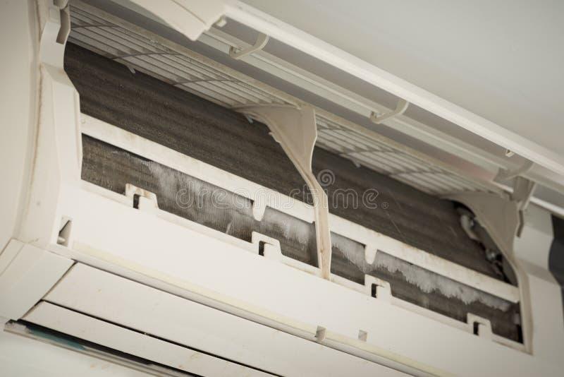 Ijs op rolkoeler van vuile airconditioner stock afbeelding