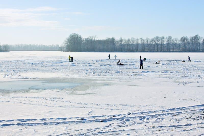 Ijs-schaatst op bevroren meer stock afbeelding