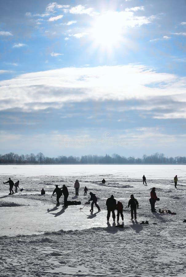 Ijs-schaatst op bevroren meer royalty-vrije stock foto