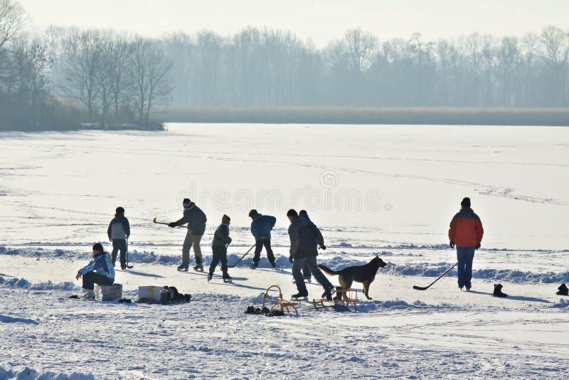 Ijs-schaatst op bevroren meer stock afbeeldingen