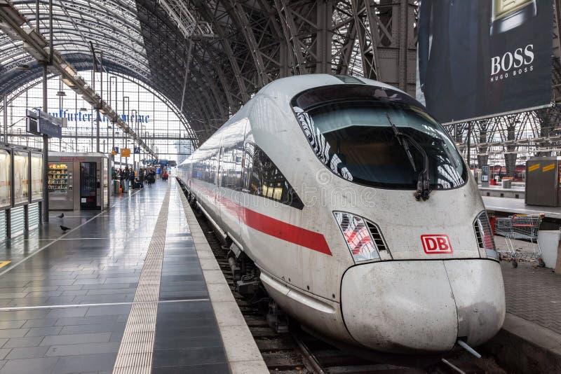 Ijs-trein in het belangrijkste station in Frankfurt stock fotografie