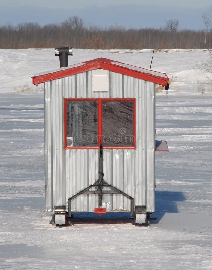 Ijs visserijhut op een bevroren rivier stock afbeeldingen