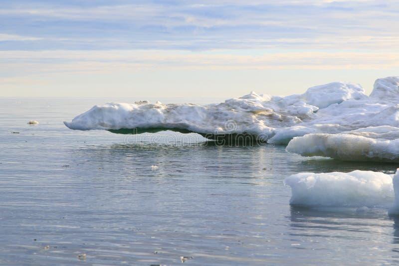 Ijs in zeewater tegen hemelhorizon royalty-vrije stock afbeeldingen